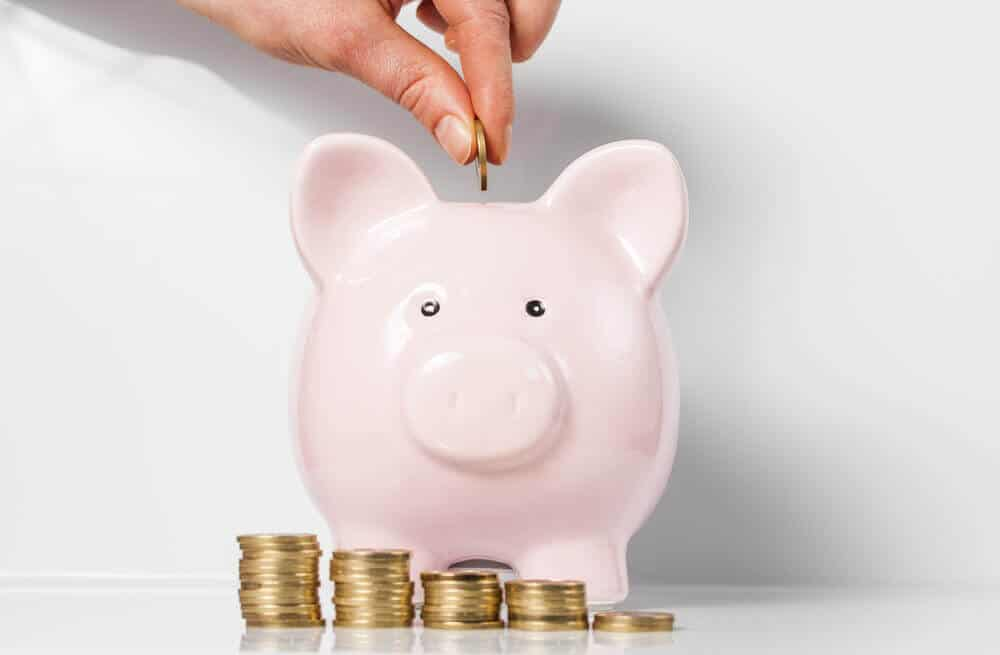 Kvinna sparar pengar i spargris