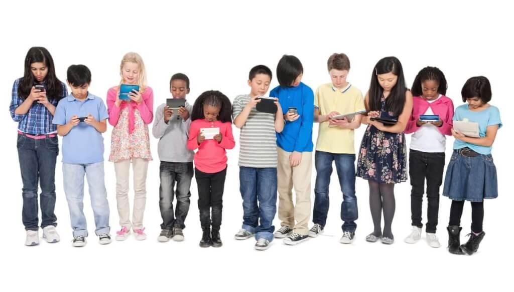 barn på rad med smartphones