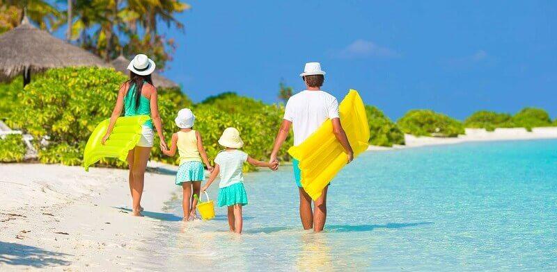 familj på semester vid havet