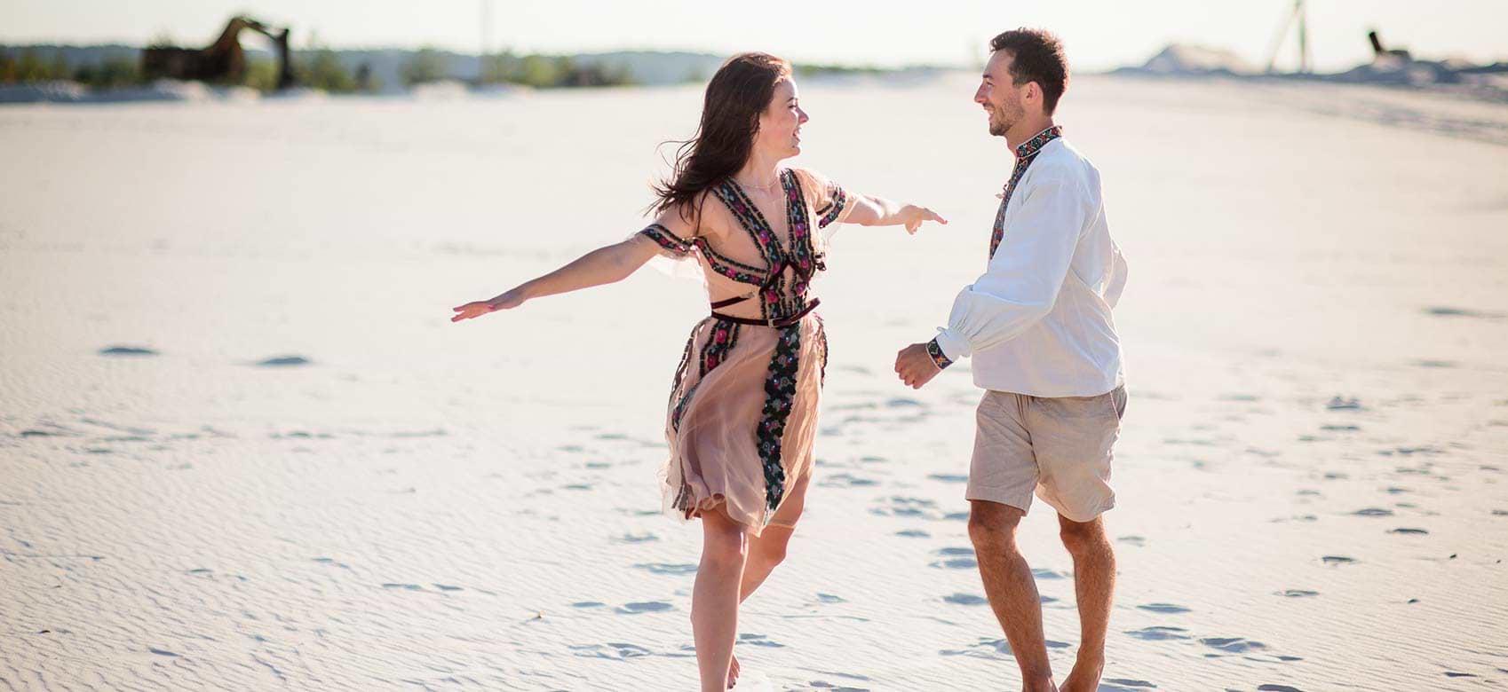 Par dansar på strand