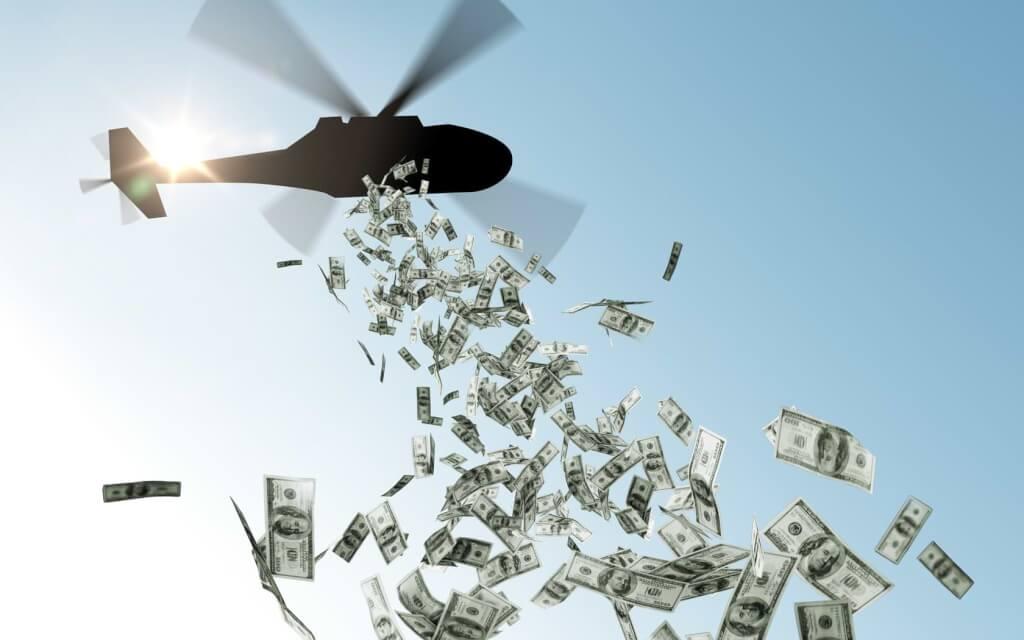 Helikopter släpper pengar från himlen