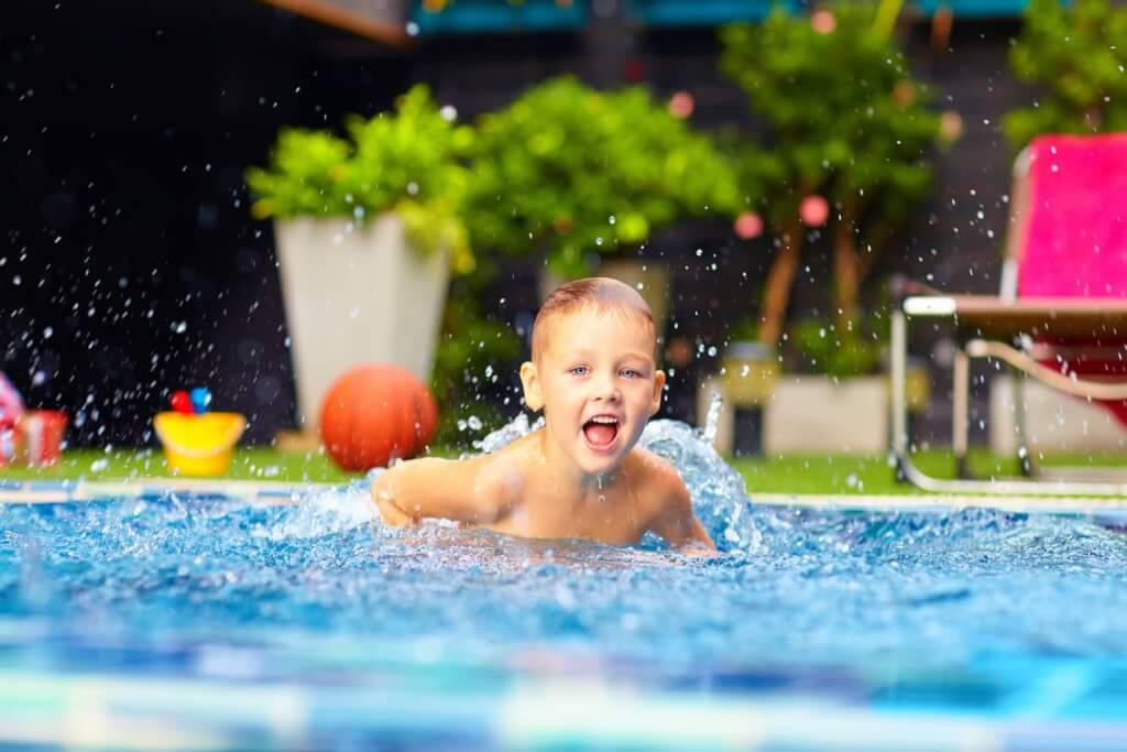Barn som badar i en pool på sommaren