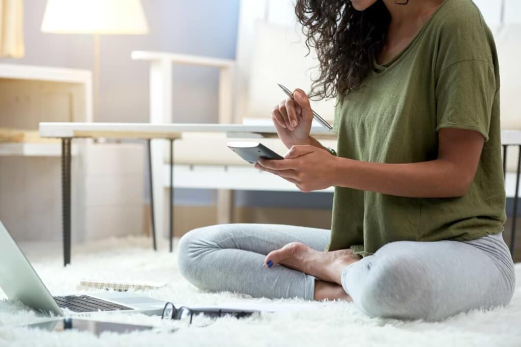 Kvinna sitter och räknar på lån