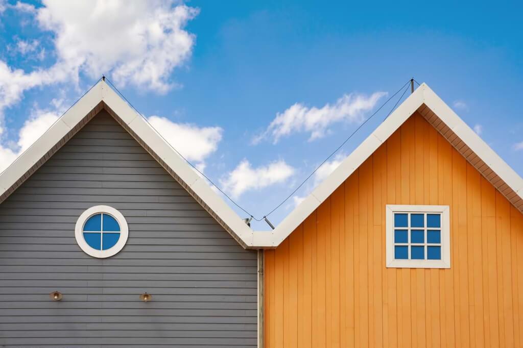 Grå och orange husgavel mot blå himmel
