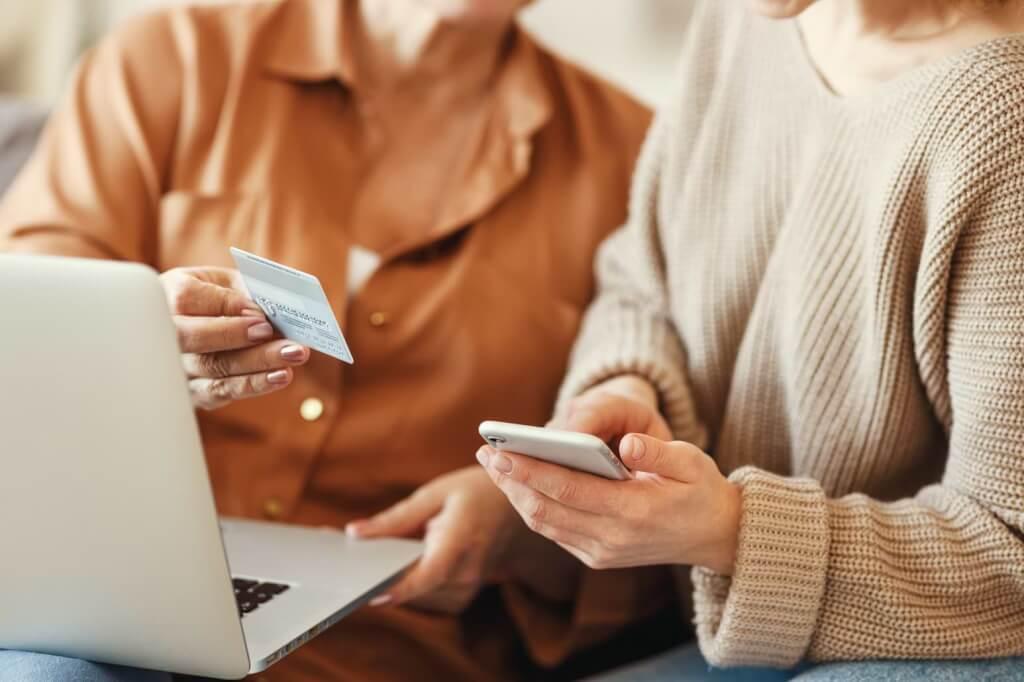 Kvinnor med kreditkort som handlar online
