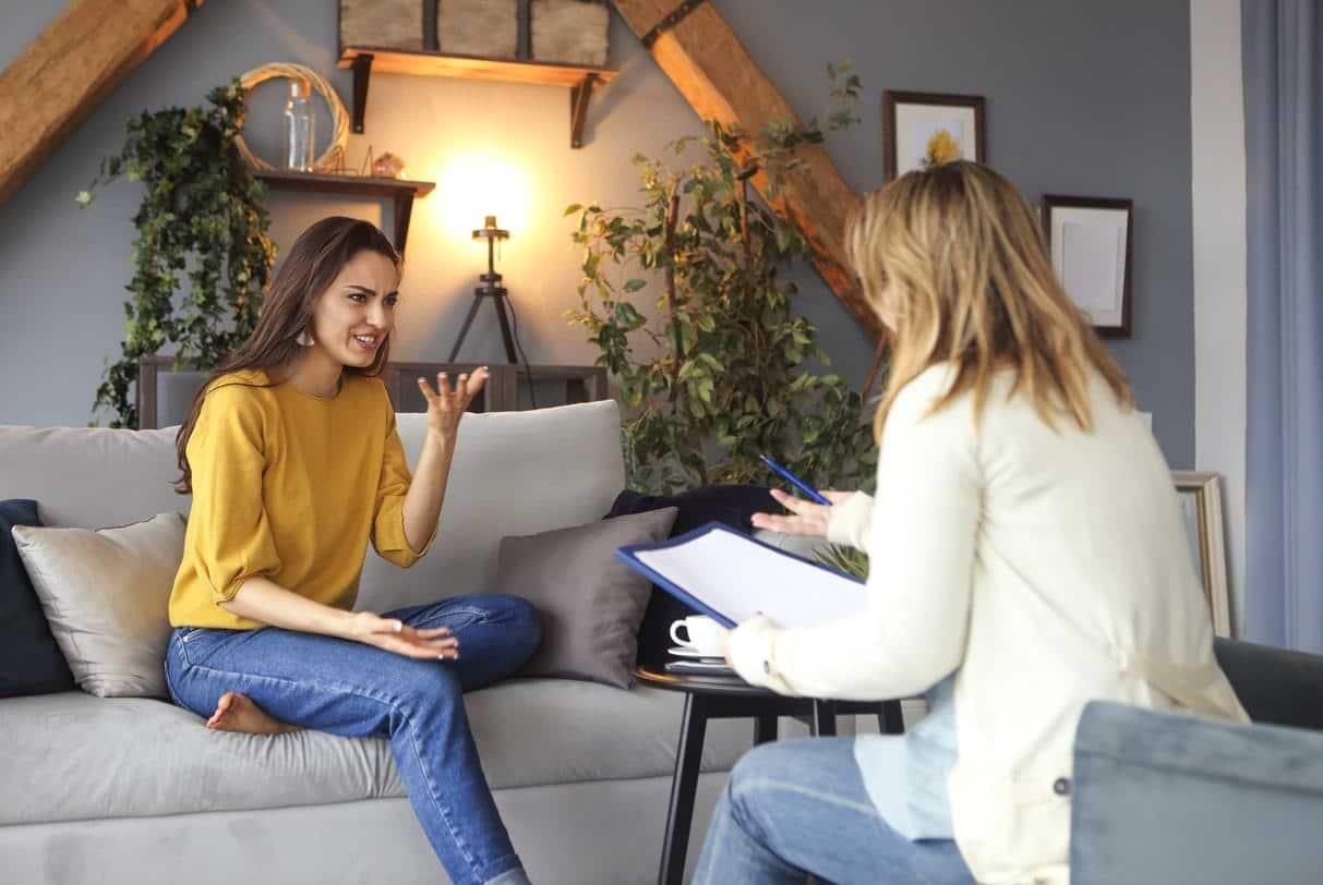 Kvinna som pratar med en rådgivare