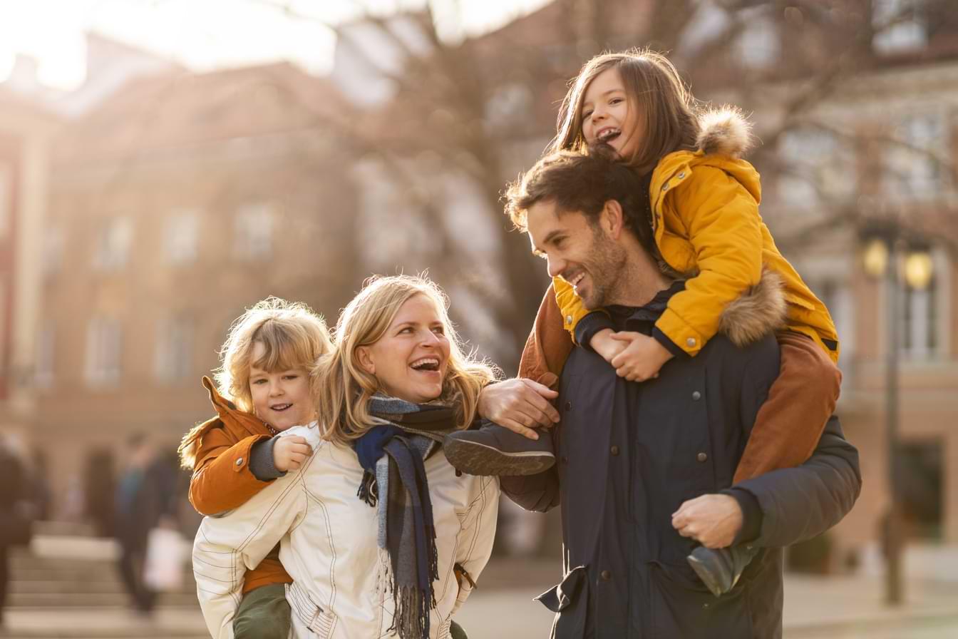 Glad familj i höstig stad
