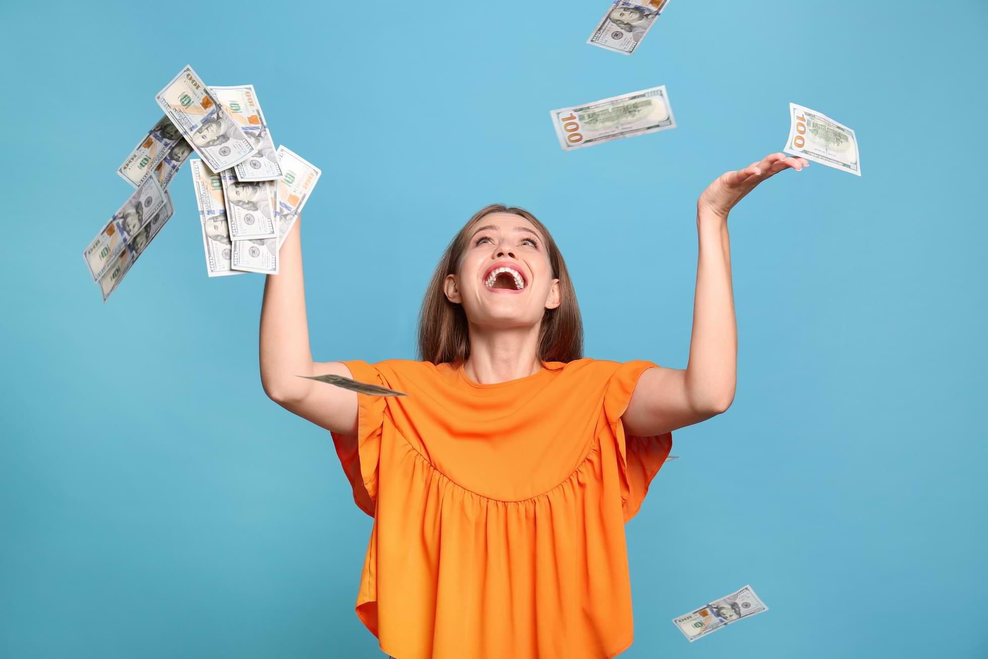 Regnar pengar runt glad kvinna
