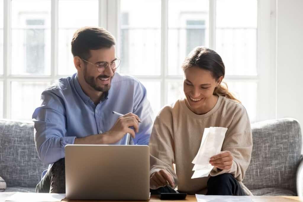 Par vid dator går igenom kvitton